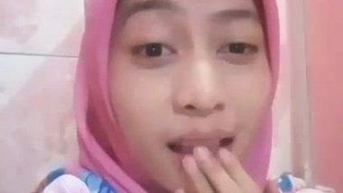 Melly Masturbate in Shower - Indonesian Muslim Girl (Pink)