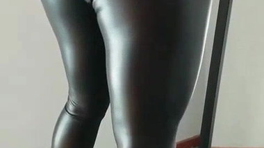 BLONDE IN LEATHER LEGGINGS