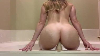Quick creamy orgasm during bathtime / delightedblueberry
